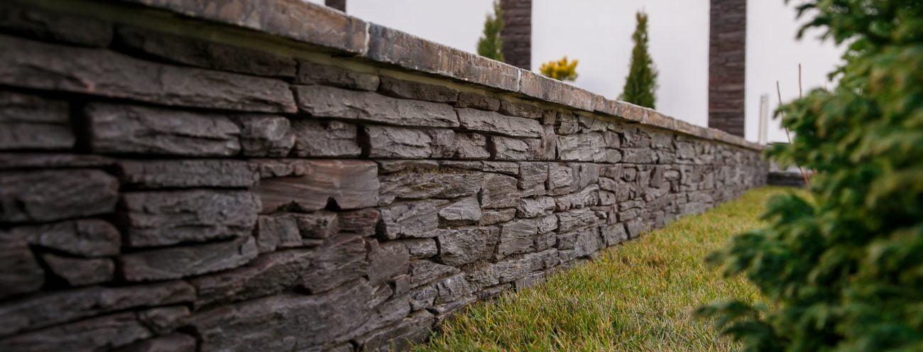 1Culoare-neagra-piatra-decorativa-pentru-gard-1300x496